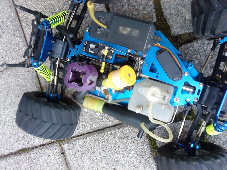 biete ein ferngesteuertes auto mit benzin motor dazu gibt